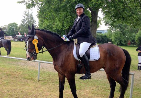 Sieger der Dressurprüfung Kl. L - Trense Bernd Backhaus auf Nils vom VPF Gladenbach u.U. Gesponsert wurde diese Prüfung von Krämer Pferdesport & dem Modehaus Manhenke. Als Ehrenpreis gab es jeweils einen Gutschein der Sponsoren