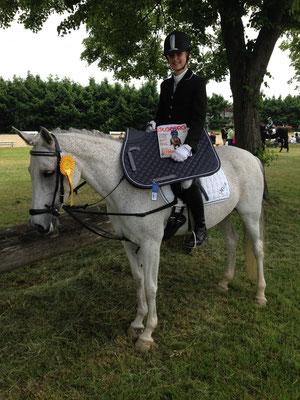 Siegerin der 1. Abteilung des Reiter WB Anne Brandt auf Mira vom eigenen RFV mit einer Wertnote von 7,7. Gesponsert wurde diese Prüfung von Sven Raupach Dachdeckermeister. Als Ehrenpreis gab es eine Schabracke von Ikonic, sowie eine Jahresabo vom St. Geor