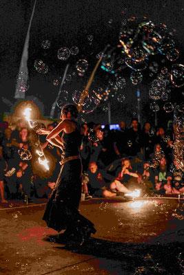 Feuer in einem Meer aus Seifenblasen | Foto: Robin Schmiedebach beim M'era Luna Festival