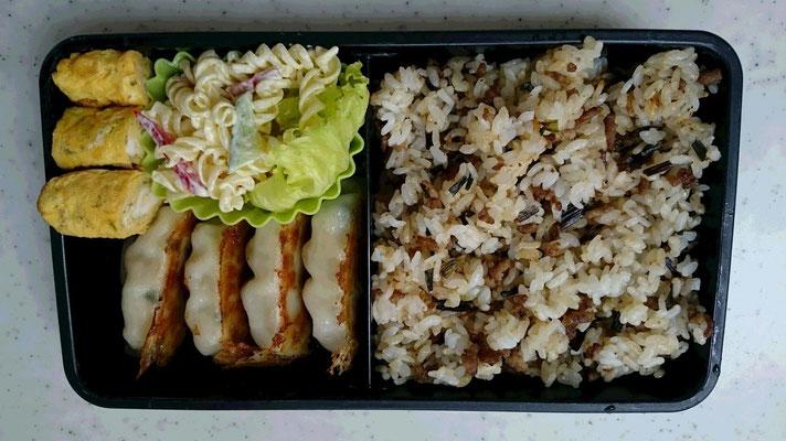 餃子、マカロニサラダ、卵焼き、肉にらチャーハン