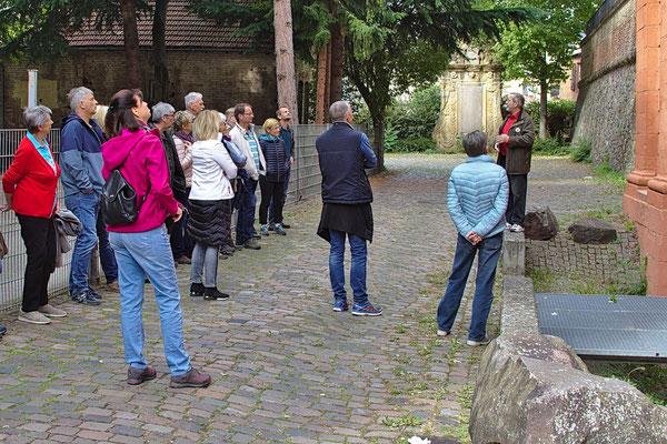Eine Gruppe am Französischen Tor