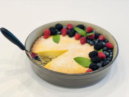 Mit frischen Früchten schön dekoriert ist dieser Kuchen ein Augenschmaus ♥