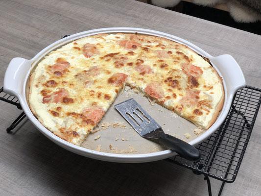 Stelle die White Lady auf das Kuchengitter und schneide den Flammkuchen mit dem Pizzaschneider Plus in Stücke....