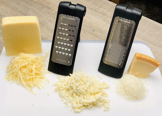 """Mit der  groben Microplane® Reibe """"schneidest"""" du den abgetrockneten Mozarella Käse. Den Emmentaler Käse ebenso mit der groben Microplane® Reibe reiben. Den Parmesankäse habe ich mit der feinen Microplane® Reibe wie Schnee gerieben."""