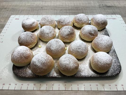 Meine Backofen Berliner/ Berliner Pfannkuchen oder Krapfen ganz egal wie Ihr Sie nennt sind lecker gefüllt. Gebacken auf dem Zaubermstein oder Ofenzauberer James