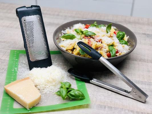 Nudelsalat aus der Pampered Chef Servierschüssel mit Kochzange und der feinen Microplane Reibe