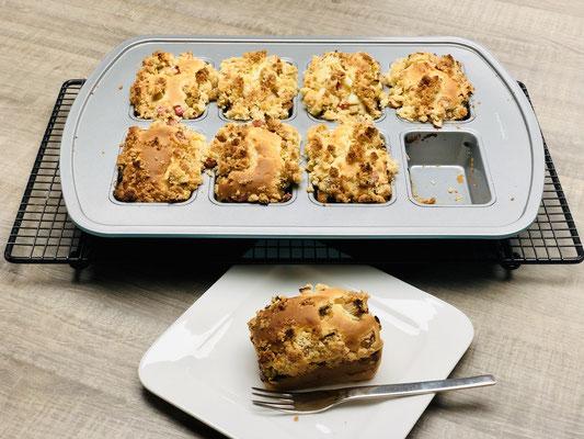 Am leichtesten kannst du die Mini Kuchenstücke mit dem Mini Servierheber von Pampered Chef aus der Form entnehmen...