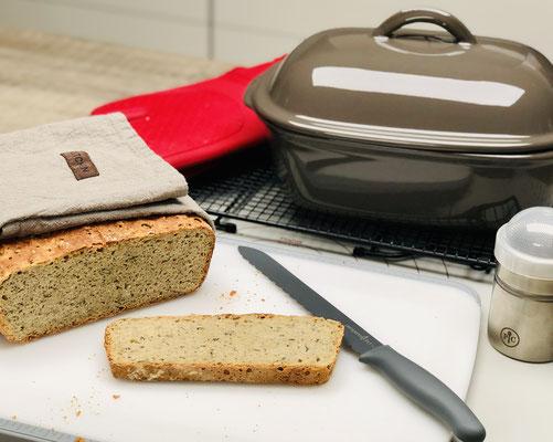 Ich konnte es nicht abwarten das Brot anzuschneiden und das habe ich dann mit dem genialen Brotmesser von Pampered chef dann auch getan. Dieses Brotmesser ist der Hammer, denn nichts klebt daran, wenn man das Brot noch heiss oder warm anschneidet...
