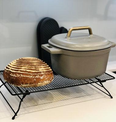 Hier siehst du das frisch gebackene Brot aus dem Guss-Topf von Pampered Chef ♥