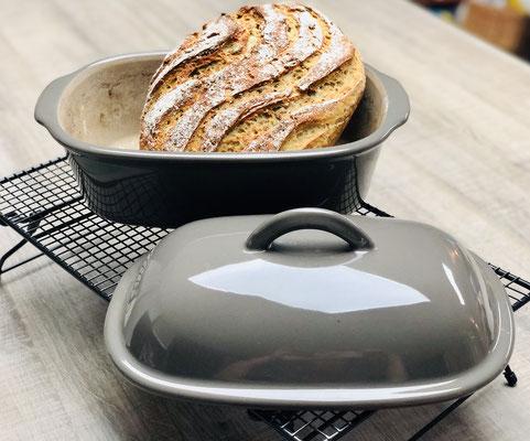 Lasse das heiße Brot nun auf dem Kuchengitter auf Füssen von Pampered Chef® abkühlen...