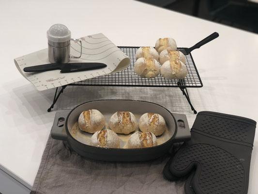 Den Guss-Baker mit den Silikonhandschuhen Packs An! nach dem backen aus dem Ofen entnehmen und auf dem Kuchengitter von Pampered Chef die Brötchen auskühlen lassen...