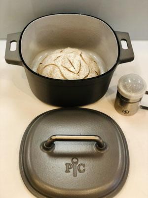 Ritze ein Muster in deinen Brotteig ein und bemehle mit dem Streufix dein Brot....