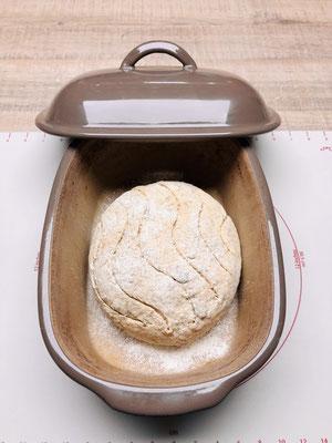 Den Teigling in den Ofenmeister von Pampered Chef legen und mit dem Schälmesser ein Muster einritzen....