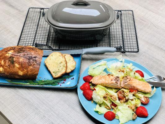 Nachdem es auf dem Kuchengitter auf Füssen abgekühlt hat schneide ich das Brot mit dem Brotmesser grau an und serviere dazu einen leckeren Salat. Guten Appetit!