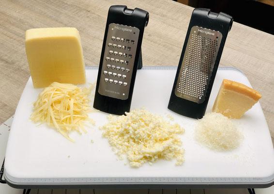 Hier siehst du die Microplane® Reibe von Pampered Chef® Links die grobe Reibe und rechts die feine Reibe. Mit der groben Microplane® reibe ich Käse wie Emmentaler oder Bergkäse aber auch abgetrockneter Mozzarella kann ich damit reiben....