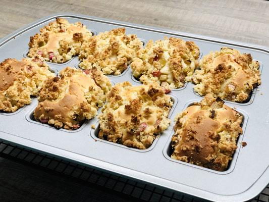 Nach dem backen die Küchlein sofort aus der Minikuchenform entnehmen und auf dem Kuchengitter von Pampered Chef auskühlen lassen...