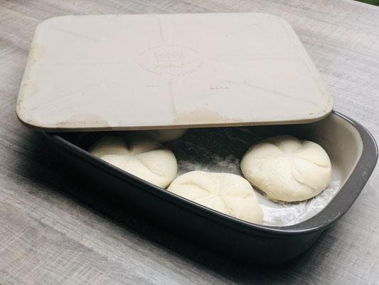 Hier siehst du wie ich den Deckel Zauberstein auf die Ofenhexe lege um knusprige Steinbackofen Brötchen zu erhalten