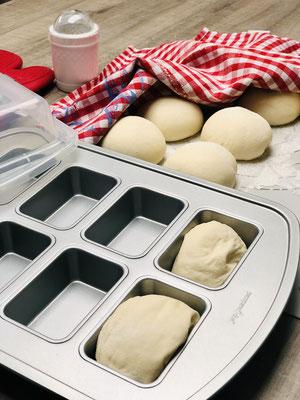 Nach dem Ruhen gebe ich die Teiglinge in die Mini-Kuchenform von Pampered Chef die ich sehr oft als Brötchenform benutze
