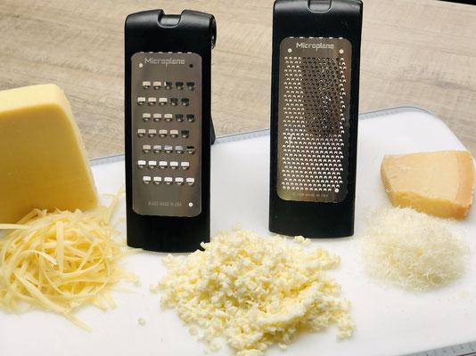 Hier siehst du die feine und grobe Microplane® Reiben von Pampered Chef® Auf den Bildern kannst du sehen wie ich Emmentaler Käse und abgetrockneter Mozzarella Käse auf der groben Reibe gerieben habe.