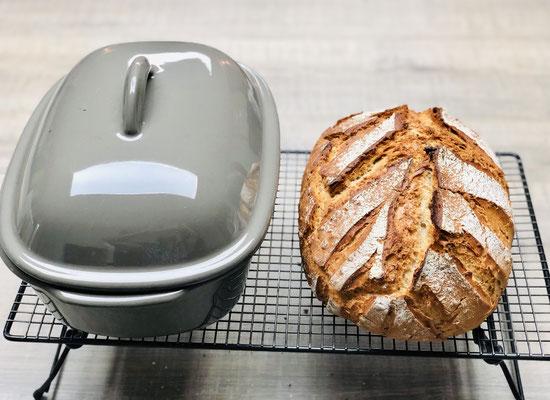 Das Brot nun sofort aus dem Ofenmeister herausholen und auf dem Kuchengitter mit Füssen rundherum gut abdampfen lassen...