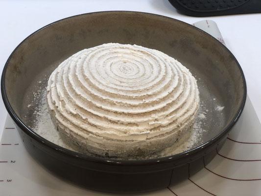 Nachdem der Laib aufgegangen ist, stürze ich den Teigling in die fein bemehlte runde Stoneware Leila von Pampered Chef und schiebe es in den kalten Backofen...