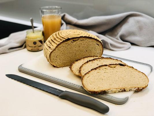 Hier siehst du wie knusprig das Brot außen ist und wie fluffig die Krume wurde. Selbst gebackenes Brot schmeckt tausendmal besser als ein Bäckerbrot ♥
