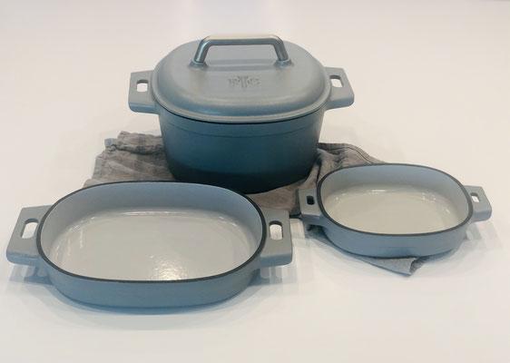Hier die komplette emaillierte Gusseinen Serie von Pampered Chef. Mit 5,7 Liter Topf mit Deckel und den zwei Guss-Bakern in 1 Liter und 2 Liter Fassungsvermögen...