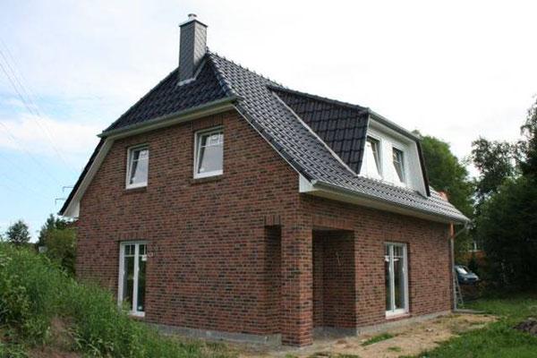 Landhaus in Maschen auf 130m² mit Kaminschornstein, Schleppgaube und überdachte Terrasse