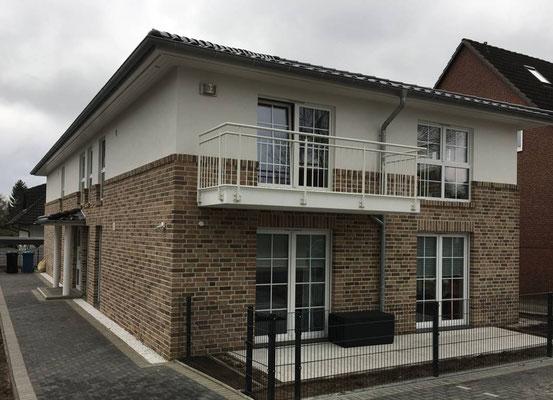 Wohnhaus mit 4 WE in Barsbüttel mit Teilkeller, Balkonen, Lüftung und Sprossenfenster.
