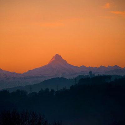 Wintermorgen in Detligen mit Sicht auf das Schreckhorn