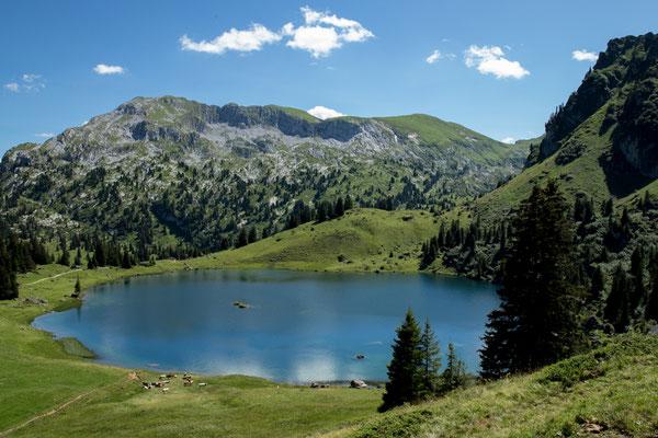 Der Seebergsee im Simmental in der Nähe von Zweisimmen ist ein Karsee. Das heisst er wurde in der letzen Eiszeit von einem Hängegletscher gebildet.