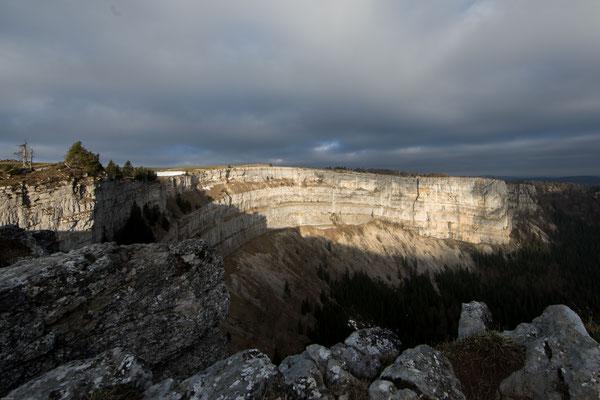 Die Felswände des Creux du Van sind bis zu 160 Meter hoch