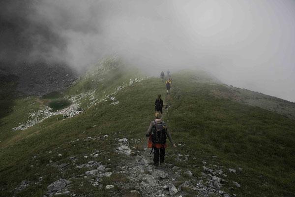 Unterwegs auf dem Üeschinengrat mit dem Tschalmettensee im HIntergrund