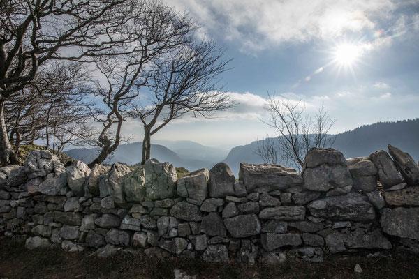 """Auf der Krone steht eine Steinmauer. Sie wurde vor einigen Jahren von einer internationalen Gruppe unentgeltlich erstellt und heisst deshalb """"Mauer der Freundschaft"""""""