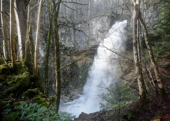 Der oberste Wasserfall in der Combe du Pilouvi stürzt über eine Felsstufe in die Tiefe.