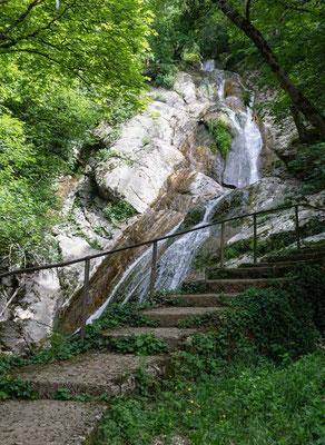 Der unterste Wasser fall des Combe du Pilouvi im Sommer