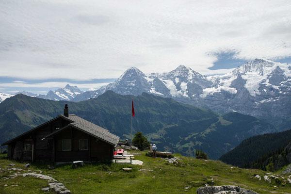 Die Lobhornhütte vor Eiger, Mönch und Jungfrau