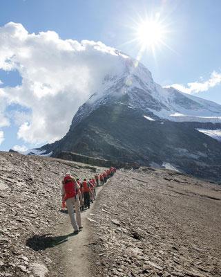 Aufstieg zur Hörnlihütte immer mit Sicht auf das Matterhorn