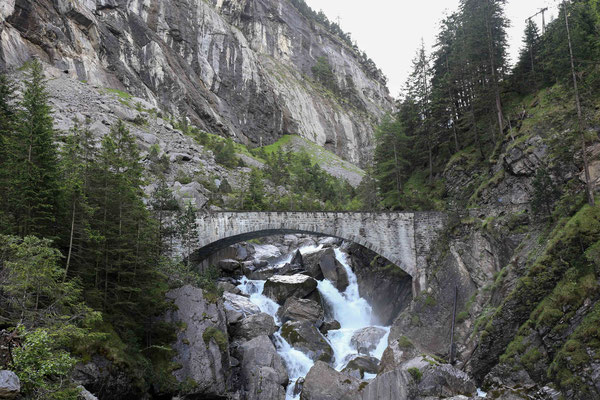 Der Weg ins Gasterntal führt entlang der jungen Kander durch die wilde Chluse