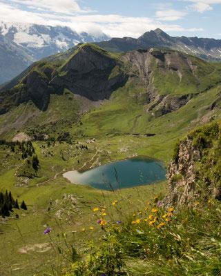 Blicke auf den Unteren Sulsseewli bei Isenfluh im Berner Oberland. auf dem Weg zum Oberen Sulsseewli