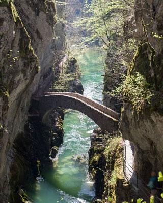 Die alte Brücke über die Areuse ist das Wahrzeichen der Areuseschlucht