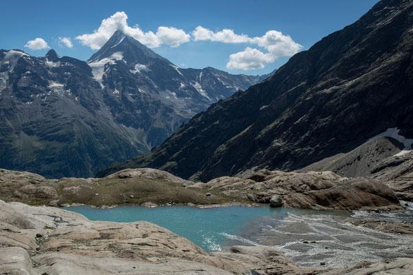 Um zum oberen Blauseeli im Walliser Lötschetal zu gelangen muss man auf fast 2600 Meter über Meer hinaufsteigen. Gegenüber liegt das Bietschhorn