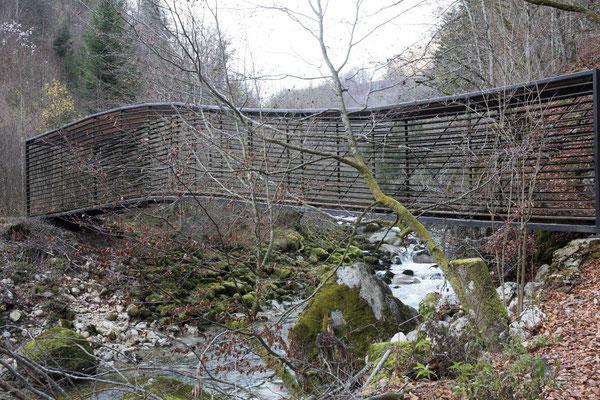 Auch moderne Brücken hat es in der Areuse Schlucht. Diese steht in der Nähe des Chute de la Verriére