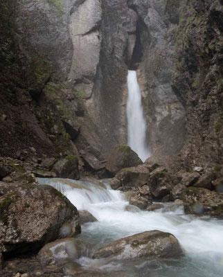 Der Wasserfall von Grandvillard in der Nähe von Greyerz
