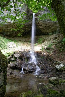 Der oberste Wasserfalle in der Combe du Pilouvi stürzt über eine überhängende Felswand.