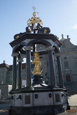 Der Brunnen auf dem Klosterplatz in Einsiedeln