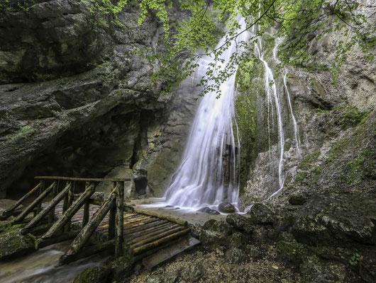 Wasserfall bei der Grotte de Mòtiers