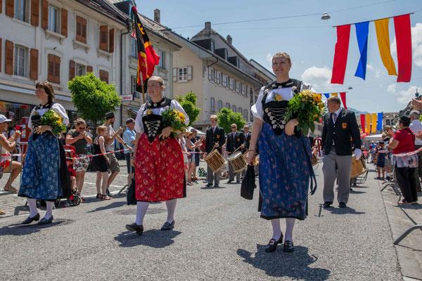 Die Ehrendamen des Tambourenverein Bern in der Berner Sonntagstracht
