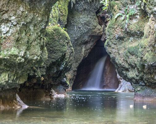 Die Veyron stürzt fast unbemerkt als zweiter Wasserfall in die Tine de Conflens
