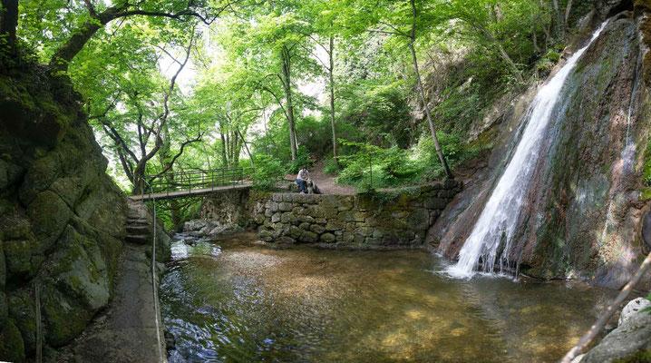 Das kleine natürliche Wasserbecken und die alte Brücke inder Vombe du Pilouvi